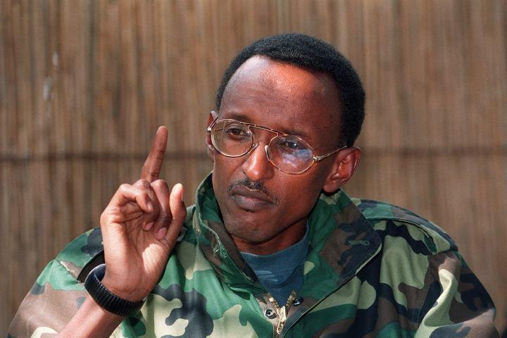 Paul Kagame, alors chef de guerre à la tête du Front Patriotique Rwandais, lors d'une conférence de presse à Kigali le 5 juillet 1994. (PIERRE BOUSSEL / AFP)