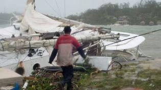 Un habitantdu Vanuatu constatent les dégâts après le passage du cyclone Pam sur l'archipel du Pacifique, le 14 mars 2015. (UNICEF PACIFIC / MAXPPP)