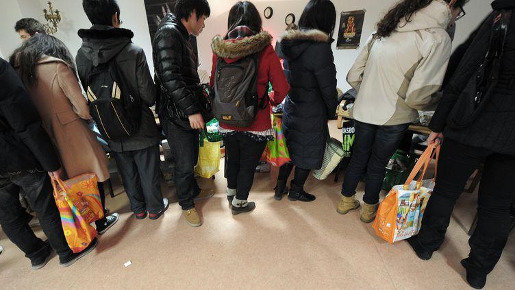 Desjeunes bénéficient d'un déjeuner à 1 euro grâce à l'aide d'une association étudiante, à Strasbourg en mars 2013. (FREDERICK FLORIN / AFP)