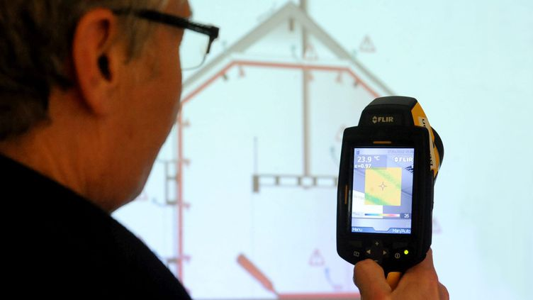Diagnostic de performance énergétique.Caméra thermique infrarouge permettant le repérage des ponts thermiques et des fuites énergétiques dans un logement.  (MAXPPP)