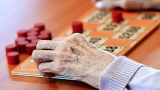 Une personne âgée joue au bingo dans une maison de retraite de Lens (Pas-de-Calais), le 4 décembre 2013. (PHILIPPE HUGUEN / AFP)