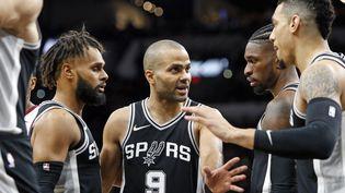 Tony Parker des Spurs de San Antonio donne des instructions à ses coéquipiers lors du match contre les Cavaliers de Cleveland au centre AT&T le 23 janvier 2018 à San Antonio, au Texas. (RONALD CORTES / GETTY IMAGES NORTH AMERICA)