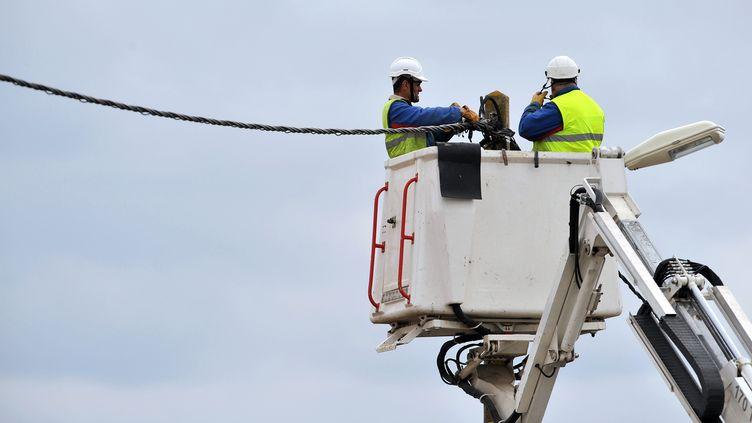 Des employés d'ERDF, à Charron (Charente-Maritime), le 3 mars 2010. (PIERRE ANDRIEU / AFP)