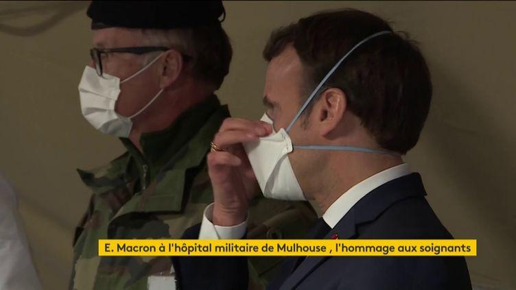 Emmanuel Macron avec un masque (FRANCEINFO)