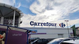 Une enseigne Carrefour au Mans (Sarthe). Photo d'illustration. (CLÉMENTINE SABRIÉ / FRANCE-BLEU MAINE)