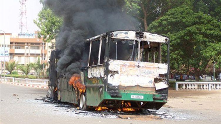 Un bus incendié dans une rue de Ouagadougou, capitale du Burkina Faso, le 16 avril 2011. (AFP PHOTO / AHMED OUOBA)