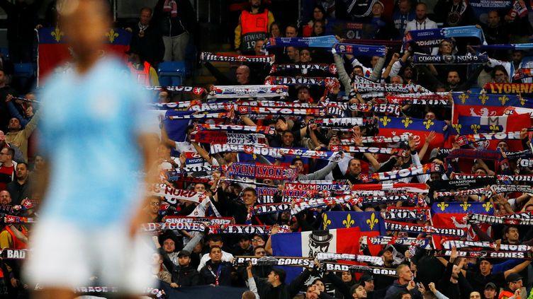 Des supporters lyonnais, le 19 septembre 2018 à Manchester (Royaume-Uni). (PHIL NOBLE / REUTERS)