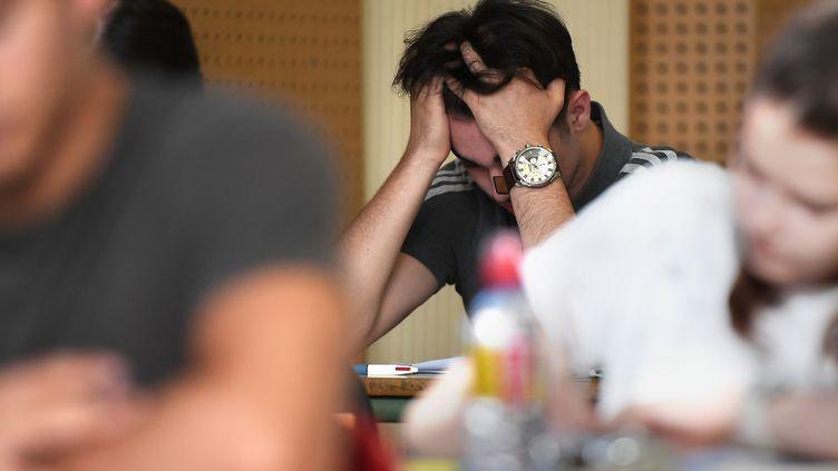 Lors de l'épreuve de philosophie du baccalauréat, au lycée Pasteur de Strasbourg, le 18 juin 2018. (FREDERICK FLORIN / AFP)