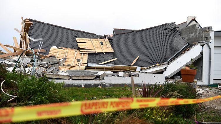 Une maison détruite après avoir été frappée par la tempête Aurore, à Plozevet(Finistère), le 21 octobre 2021. (FRED TANNEAU / AFP)