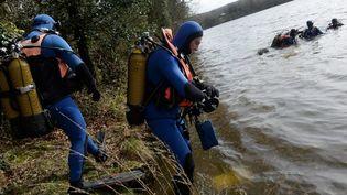 Des gendarmes fouillent l'étang du Roual à Dirinon, près de Brest, dans le Finistère. (FRED TANNEAU / AFP)