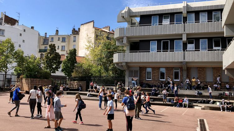 Les élèvesdu collège Paul Landowski, à Boulogne-Billancourt, dans la cour de l'établissement. (NOEMIE BONNIN / RADIO FRANCE)