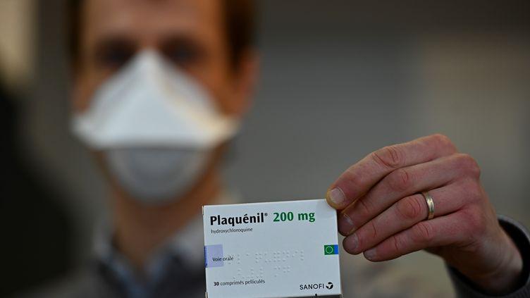 Une boîte de Plaquénil dans une pharmacie de Rennes (Ille-et-Vilaine), le 23 mars 2020. (DAMIEN MEYER / AFP)