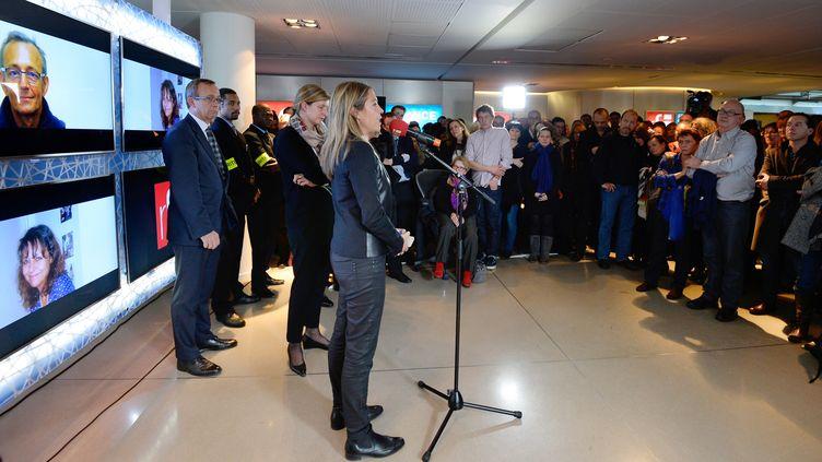 Marie-Christine Saragosse, présidente de France Médias Monde, qui comprend RFI, prend la parole avant la minute de silence dans les locaux de radio à Paris, le 5 novembre 2013 (BERTRAND GUAY / AFP)