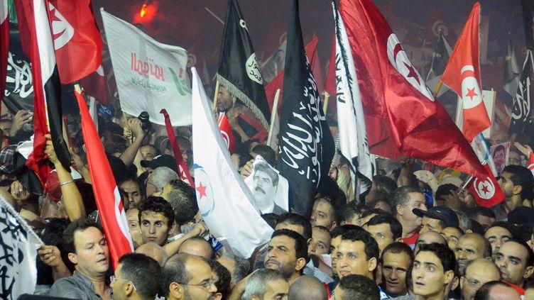 Des partisans d'Ennahda manifestent leur soutien au gouvernement dans les rues de Tunis (Tunisie), le 3 août 2013. (FETHI BELAID / AFP)