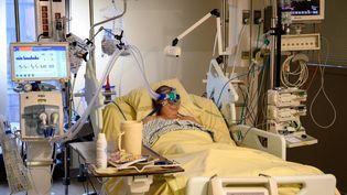 Un patient atteint du Covid-19 en réanimation à l'hôpital Avicenne, à Bobigny (Seine-Saint-Denis), le 8 février 2021. (BERTRAND GUAY / AFP)