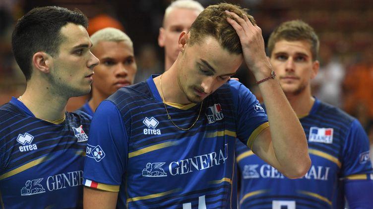 L'équipe de France de volley déconfite après son élimination prématurée de l'Euro 2017. (PIOTR NOWAK / AFP)