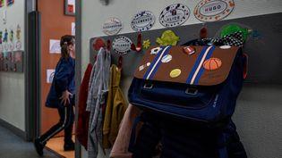 Des enfants entrent en classe à Sainte-Geneviève, à Paris, le 12 mai 2020. (PHILIPPE LOPEZ / AFP)