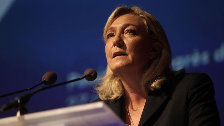 La présidente du Front national, Marine Le Pen, s'exprime au palais des Congrès de Perpignan (Pyrénées-Orientales), le 27 juin 2015. (RAYMOND ROIG / AFP)
