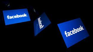 Des logos du réseau social Facebook sur des tablettes, à Paris, le 17 février 2019. (LIONEL BONAVENTURE / AFP)