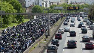 Des motards manifestent sur le boulevard périphérique, le 17 avril 2016 à Paris. (ALAIN JOCARD / AFP)
