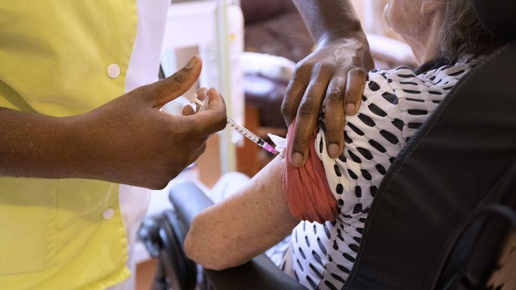 Une personne âgée se fait vacciner contre le Covid-19 dans un Ehpad proche de Montpellier (Hérault), le 3 février 2021. (GUILLAUME BONNEFONT / MAXPPP)