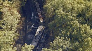 Les carcasses du bus et du poids-lourd qui se sont percutés à Puisseguin (Gironde), faisant 43 morts, le 23 octobre 2015. ( REGIS DUVIGNAU / REUTERS)