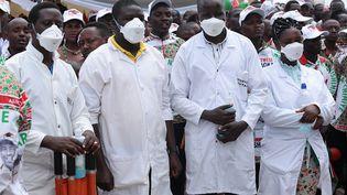 """Au Burundi, malgré la pandémie du coronavirus, la campagne pour l'élection présidentielle a été lancée le 27 avril 2020. Evariste Ndayishimiye, candidat du CNDD-FDD, est le premier à donner un meeting où des centaines de partisans sont venus l'écouter. Malgré les recommandations de l'OMS qui se multiplient, seuls les médecins portent des masques. Le Burundi est le pays le moins touché du continent parce que, selon les autorités, """"sous contrôle"""" et touché par la """"grâce divine"""", comme l'a écrit franceinfo Afrique.    (TCHANDROU NITANGA / AFP)"""