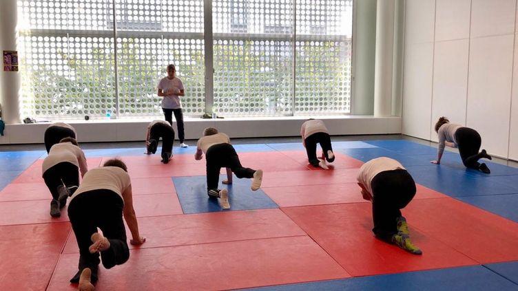 Cours de gymnastique à l'association Cami Sport et cancer, au sein du centre sportif Jacqueline Auriol, dans le 8e arrondissement de Paris. (FANNY LECHEVESTRIER / RADIO FRANCE)