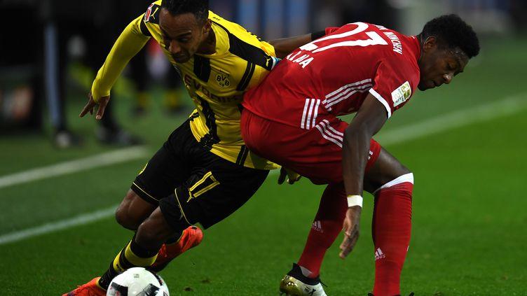 Aubameyang et Alaba se disputent une lutte acharnée (PATRIK STOLLARZ / AFP)