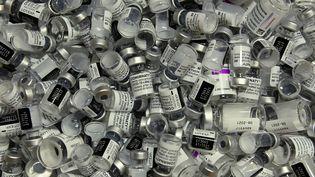 Des flacons vides de vaccins contre le Covid-19 dans un centre de vaccination de Rosenheim (Allemagne), le 20 avril 2021. (CHRISTOF STACHE / AFP)
