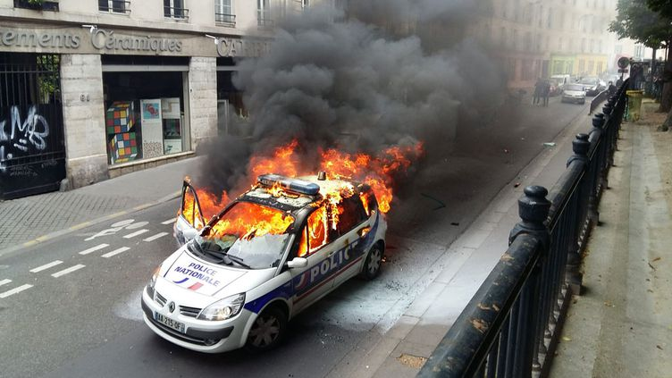 (Les deux policiers étaient sortis de la voiture, légèrement blessés © MaxPPP)