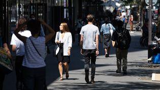 Des passants marchent quartier Beaugrenelle à Paris, enjuillet 2020. (CHRISTOPHE MORIN / MAXPPP)
