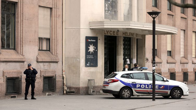 La police est déployée devant un lycée parisien, le 28 janvier 2016, après des alertes à la bombe. (MAXPPP)
