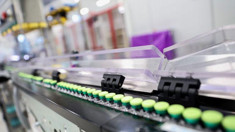 Dans l'usine britannique GSK de Wavre (Royaume-Uni),l'un des plus grands sites de production de vaccins au monde, où sera fabriqué le vaccin anti-Covid-19 CureVac. (KENZO TRIBOUILLARD / AFP)