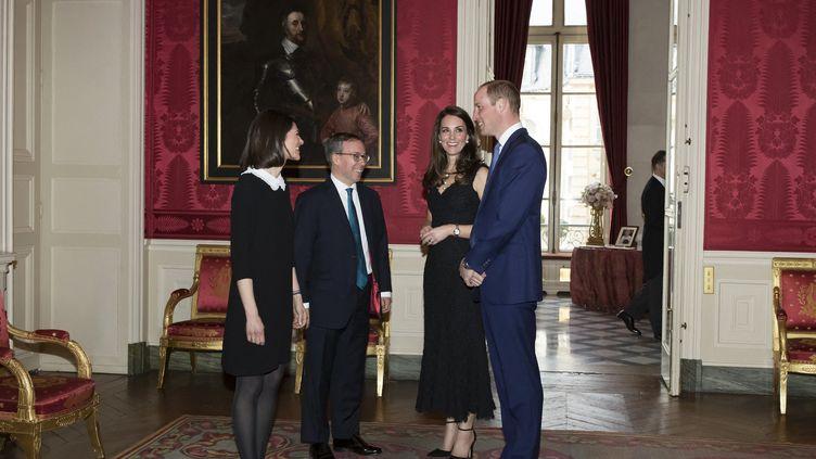 L'ambassadeur de Grande Bretagne en France et son épouse (G) accueillaient en mars 2017 à Paris le Prince William et son épouse Kate (D). (IAN LANGSDON / POOL / AFP)