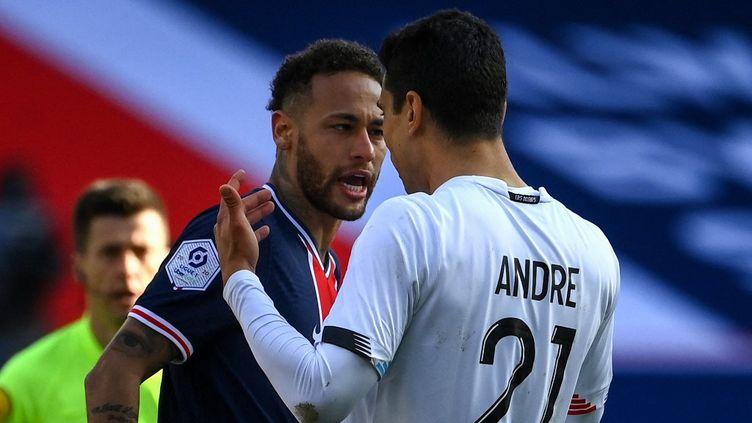 Neymar a écopé d'un premier carton jaune après une altercation avec Benjamin André, lors du match PSG-LOSC, ce samedi 3 avril.  (FRANCK FIFE / AFP)