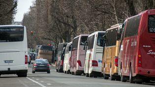 Des autocars de tourisme, garés à Paris, le 13 février 2015. (  MAXPPP)