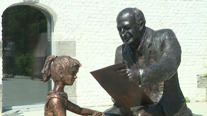 """Statue de Martine et de son """"père"""", l'illustrateur Marcel Marlier réalisée par le sculpteurOsvaldo Parise (France 3 Hauts-de-France)"""