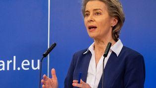 La présidente de la Commission européenne, Ursula von der Leyen, en session plénière au Parlement européen, à Bruxelles (Belgique), le 20 janvier 2021. (MARTIN BERTRAND / HANS LUCAS / AFP)