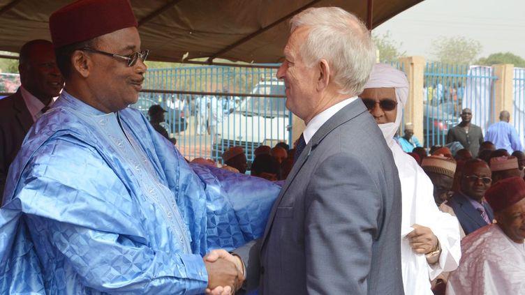 Le président du Niger en compagnie de Michel Roussin, ancien vice-président du groupe Bolloré.