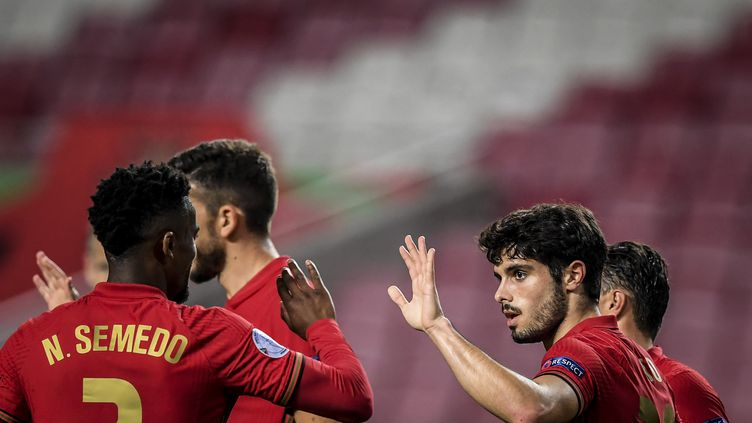 L'attaquant portugais Pedro Neto (à d.) célèbre son but lors du match amical face à Andorre, au stade Luz de Lisbonne, le 11 novembre 2020.  (PATRICIA DE MELO MOREIRA / AFP)