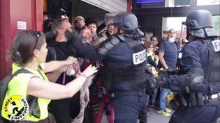 """Imaged'une vidéo montrant un policier giflant un homme à Paris lors des manifestations du 1er-Mai 2019. (CAPTURE D'ECRAN """"STREET PHOTOGRAPHE"""")"""