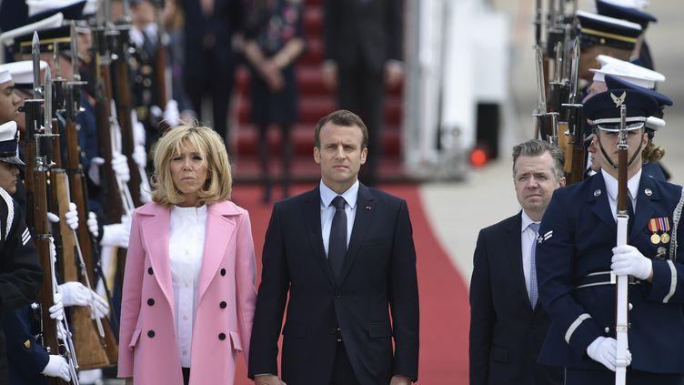 Brigitte et Emmanuel Macron à leur arrivée aux Etats-Unis, le 23 avril 2018. (BRENDAN SMIALOWSKI / AFP)