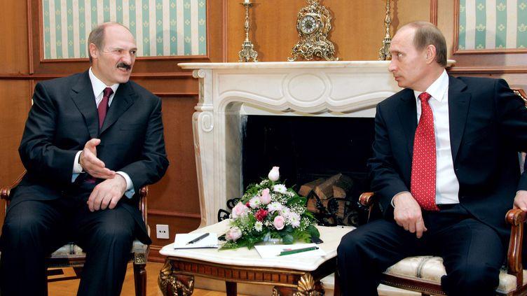 Le président biélorusse, Alexandre Loukachenko, et son homologue russe, Vladimir Poutine, lors du sommet de Sochi, en Russie, le 15 décembre 2005. (ALEXEY PANOV / ITAR-TASS / AFP)