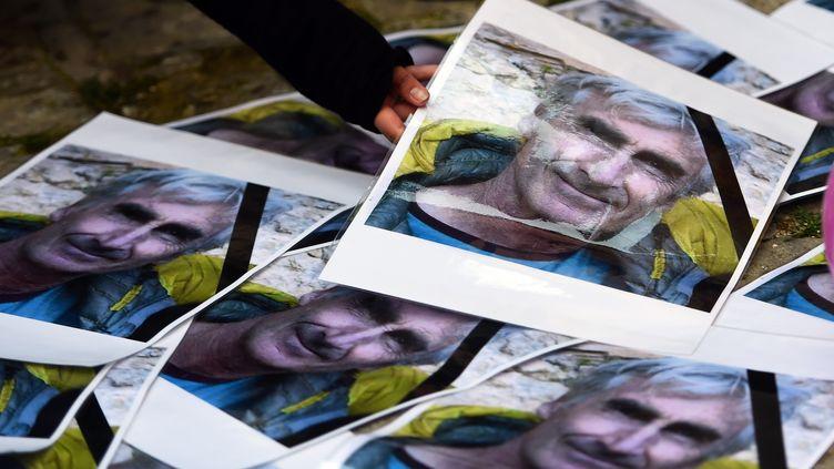 Des portraits d'Hervé Gourdel sont disposés en son hommage, le 25 septembre 2014 à Saint-Martin-Vésubie (Alpes-Maritimes). (ANNE-CHRISTINE POUJOULAT / AFP)
