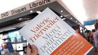 """""""Merci pour ce moment"""" (Les Arènes) de Valérie Trierweiler dans les librairies le 4 septembre  (PASCAL GUYOT / AFP)"""