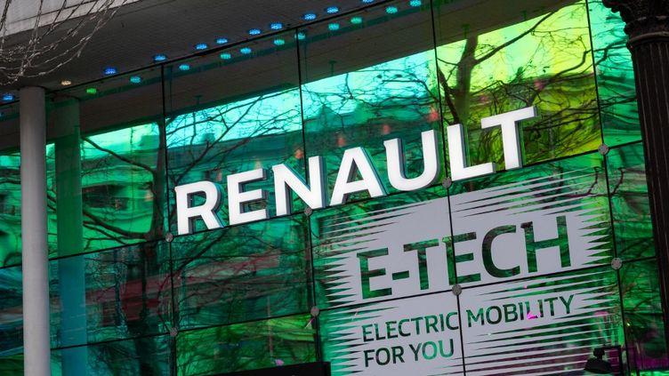 La vitrinede la boutique Renault sur les Champs-Elysées à Paris le 5 février 2021. (RICCARDO MILANI / HANS LUCAS / AFP)