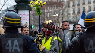 """Des """"gilets jaunes"""" manifestent sur les Champs-Elysées, le 29 décembre 2018. (KARINE PIERRE / HANS LUCAS / AFP)"""