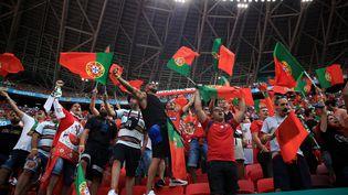 Les supporters portugais dans l'ambiance de la Puskas Arena avant l'entrée en lice à l'Euro 2021 contre la Hongrie le 15 juin. (ALEX PANTLING / POOL)