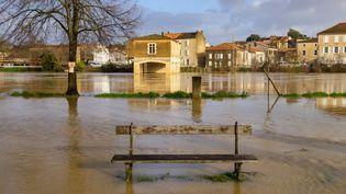 1er février 2021. Dans le Gers, la rivière Baïse déborde à Condom suite au passage de la tempête Justine. (JEAN-MARC BARR?RE / HANS LUCAS / AFP)